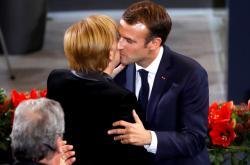 Emmanuel Macron a Angela Merkelová v německém Bundestagu