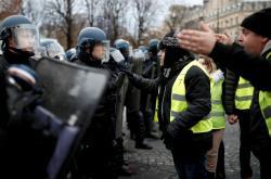 Střet policistů a takzvaných žlutých vest