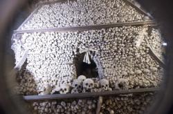 Restaurování pyramidy z lidských kostí v kutnohorské kostnici