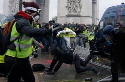 Střety mezi demonstranty a policií u Vítězného oblouku