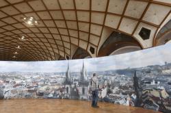 Vystavená panoramatická fotografie Prahy