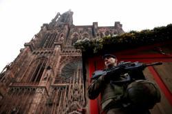 Francouzský voják hlídá před štrasburskou katedrálou