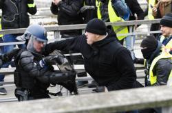 Profesionální boxer útočí na protestu na policistu ve Francii