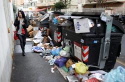 Přetékající popelnice v Římě