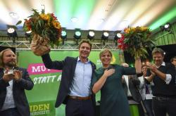 Zelení slaví úspěch v říjnových bavorských volbách. Zcela vpravo předseda strany Robert Habeck