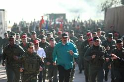 Venezuelský prezident Nicolás Maduro s vojáky