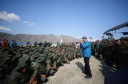 Maduro promlouvá k vojákům na snímku z února 2019