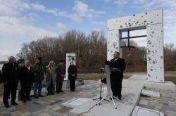 Mike Pompeo u bratislavského památníku Brána ke svobodě