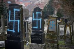Hákové kříže na pomnících židovského hřbitova ve francouzském Quatzenheimu