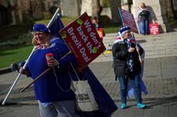 Odpůrci brexitu demonstrují před britským parlamentem