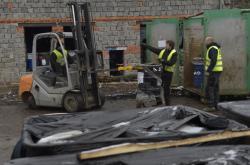 Pracovníci specializované firmy nakládají barely s nebezpečným odpadem
