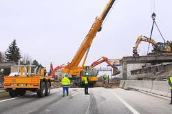 Demolice mostu nad dálnicí D10
