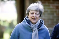 Premiérka Theresa Mayová odchází z kostela poblíž města High Wycombe