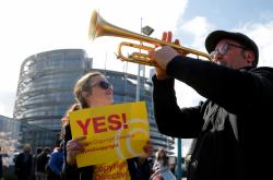 Demonstranti před europarlamentem ve Štrasburku