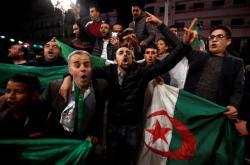 Alžířané oslavují v ulicích Buteflikovu rezignaci