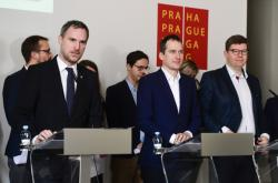 Primátor Zdeněk Hřib (Piráti) a zastupitelé Jan Čižinský (Praha sobě) a Jiří Pospíšil (Spojené síly pro Prahu - TOP 09 a STAN)