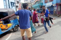Lidé žijící u zasaženého kostela opouštějí své domovy. Vojáci se poté pokusili zneškodnit dodávku s výbušninou