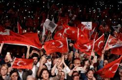 Stoupenci opozice demonstrují v Istanbulu proti opakování voleb