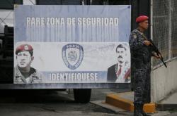 Hlídka u věznice, kde je držen místopředseda Národního shromáždění Edgar Zambrano