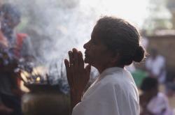 Žena modlící se za konec války (rok 2003)