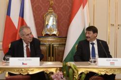 Český prezident Miloš Zeman a jeho protějšek János Áder