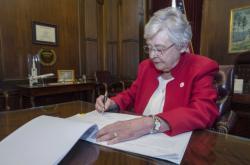 Alabamská guvernérka Key Iveyová podepisuje zákon zakazující potraty