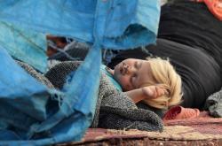 Spící dítě, které přišlo o domov v Idlíbu
