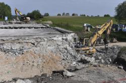 Stavbaři rozbíjejí cementobetonový kryt na dálnici D1