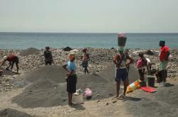 Kapverďané dolují písek