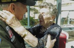 Setkání amerického veterána s Francouzkou po 75 letech