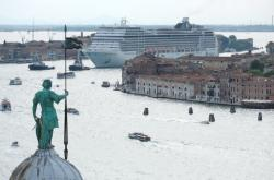 Výletní loď vplouvá do Benátek