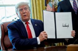 Americký prezident Donald Trump s dekretem o nových sankcích proti Íránu