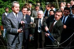 Ministři zahraničí Maďarska a Rakouska Gyula Horn a Alois Mock střihají hraniční plot 27. června 1989