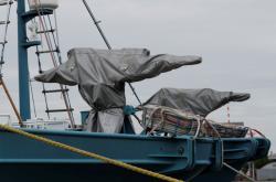 Přikrytá děla na palubě japonské velrybářské lodě