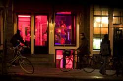 Prostitutky ve vitrínách ve vykřičené čtvrti v Amsterdamu
