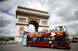 Turistický autobus v centru Paříže