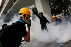 Policie se snažila rozehnat demonstranty slzným plynem