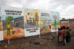 Děti v Demokratické republice Kongo si prohlížejí informační billboard o ebole