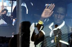 Jeden z migrantů po vylodění z plavidla Open Arms