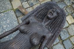 Jedna ze soch Olbrama Zoubka vystavená před radnicí v Liberci