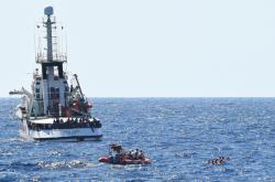 Někteří migranti z lodi Proactiva Open Arms skákali do moře
