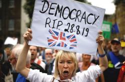 Demonstrantka proti rozhodnutí Borise Johnsona přerušit schůzi parlamentu