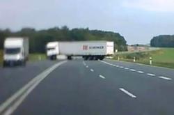 Kamion přejíždí do protisměru