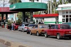 Fronta před čerpací stanicí v Havaně