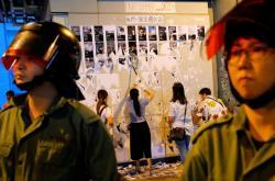 Stoupenci Číny strhávají Lennonovy zdi v Hongkongu