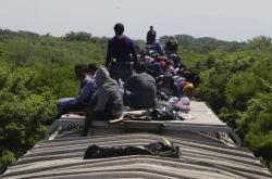 Migranti na střeše nákladního vlaku z Mexika do USA