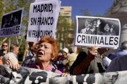 Protest proti přemístění ostatků Franka do katedrály Panny Marie Almudenské v centru Madridu