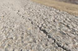 Prasklina v betonu
