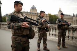 Bezpečnostní složky v ulicích Paříže po útoku