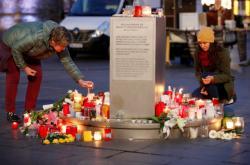Lidé zapalují svíčky za oběti střelby v Halle